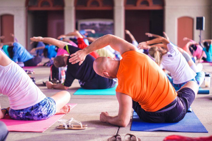 Personas haciendo ejercicios de Pilates